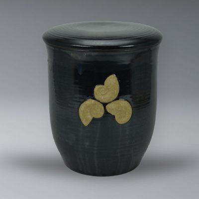 Urne in Anthrazit , aufmodelliertes Dekor
