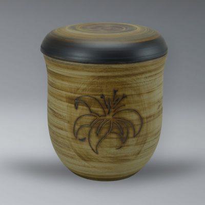 Urne mit Oxiden eingefärbt, Liliendekor, Ritztechnik
